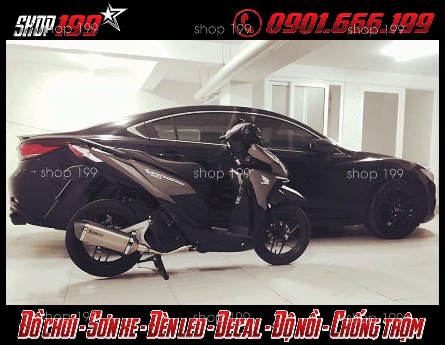 Hình ảnh cấy pô Akrapovic màu bạc đẹp độ cho xe Honda Vario 150